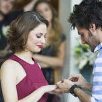 """Em """"Malhação"""": Martin e Micaela anunciam noivado para os amigos!"""