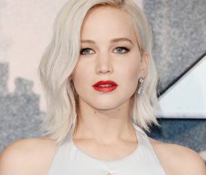 "Jennifer Lawrence tropeça na pré-estreia de ""X-Men: Apocalipse"""