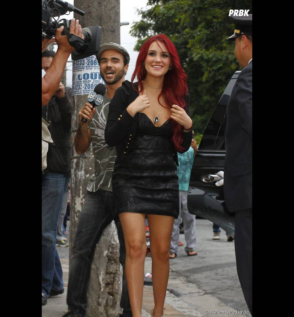 A cantora Dulce Maria usou um mini-vestido preto em São Paulo