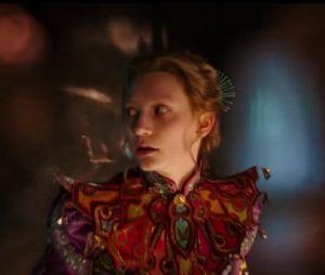 """""""Alice Através do Espelho: criativo(a), imagina mil coisas, tá sempre com a cabeça na lua"""