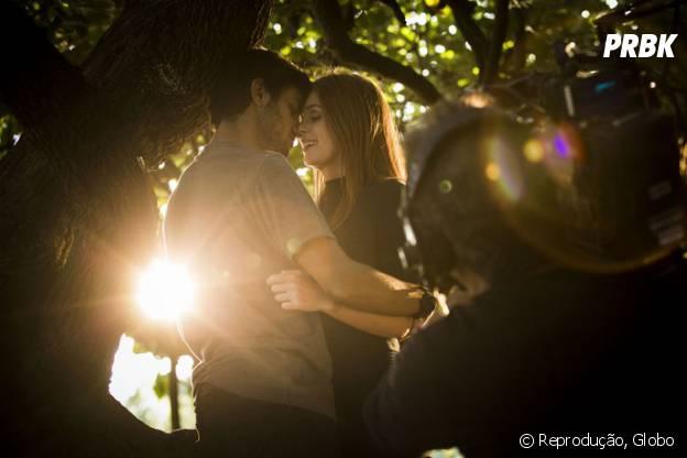 """Em """"Totalmente Demais"""": Eliza (Marina Ruy Barbosa) salva Jonatas (Felipe Simas) da morte após novo ato heróico do mocinho"""