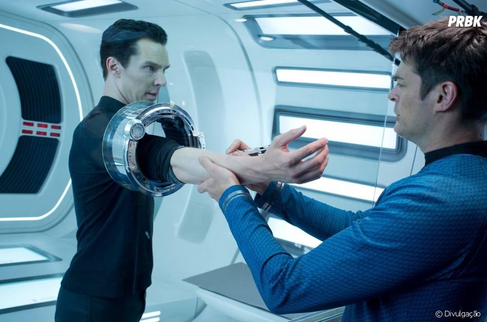 """Benedict Cumberbatch em cena de """"Além da Escuridão: Star Trek"""""""
