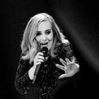 """Adele dá bronca em fã que estava filmando seu show e vídeo viraliza: """"Isto aqui não é um DVD"""""""