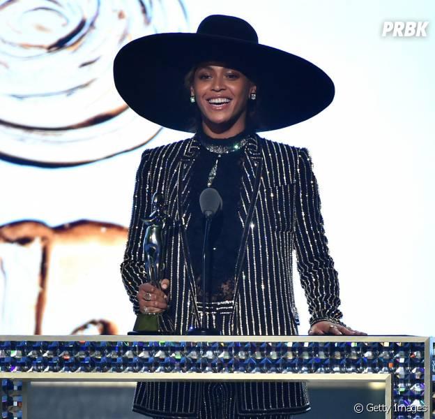 Beyoncé usou look extravagante para receber prêmio de ícone da moda do ano!