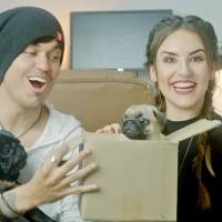 """Kéfera Buchmann, do """"5inco Minutos"""", e Gusta Stockler fazem vídeo especial sobre o Dia dos Namorados"""