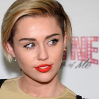 Miley Cyrus se joga no karaokê! Veja cantoras que se divertem com a brincadeira
