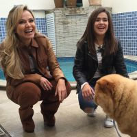 """Maisa Silva, de """"Carrossel"""", recebe Eliana em sua casa e prova comidas bizarras!"""