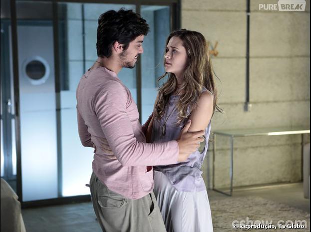 """Na novela """"Em Família"""", Lili (Juliana Paiva) salva Marlon (Rodrigo Simas) dos efeitos da máquina da felicidade, com um beijo!"""