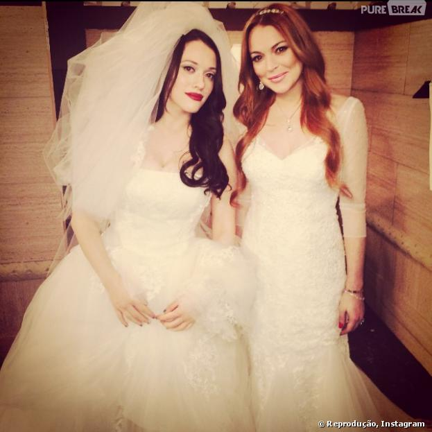 """No Instagram de Kat Dennings, a protagonista de """"2 Broke Girls"""" divulgou foto como noiva ao lado de Lindsay Lohan"""