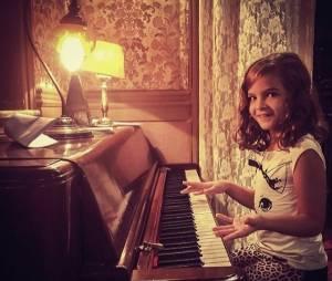 Mel Maia é puro charme no piano, em sua conta no Instagram