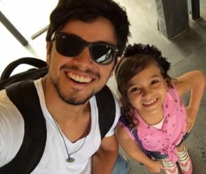 Mel Maia e o gato Rodrigo Simas no Instagram