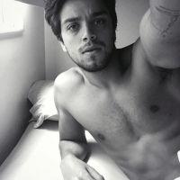 """Rodrigo Simas sensualiza sem camisa no Instagram e fãs elogiam: """"Como pode ser tão lindo?"""""""