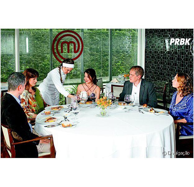 Raquel serve os críticos Luiz Américo Camargo, Ailin Aleixo, Arnaldo Lorençato e Maria da Paz Trefaut