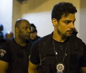 """Cauã Reymond ainda como um policial na série """"O Caçador"""", da Globo"""