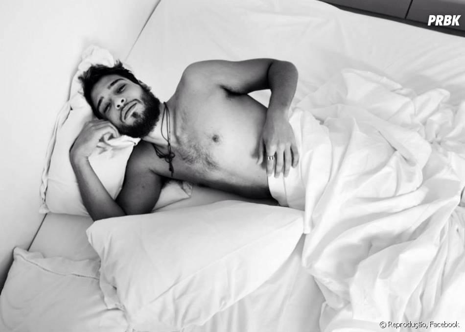 Hot! A temperatura sobe com o galã Bruno Fagundes sem camisa no Facebook