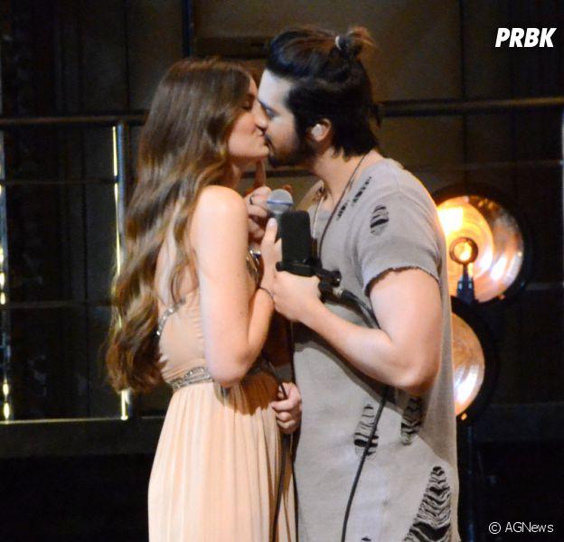"""Luan Santana e Camila Queiroz dão beijo ao gravarem o DVD """"1977"""""""