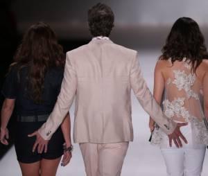 Durante o desfile no Fashion Rio, Reynaldo Gianecchini simulou uma mão boba em Giovanna Antonelli e Tainá Müller