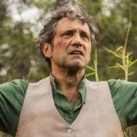 """Novela """"Velho Chico"""": Santo (Domingos Montagner) sofre ameaça de Carlos Eduardo e quase leva tiro!"""