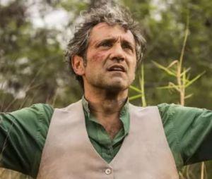 """Em """"Velho Chico"""", Santo (Domingos Montagner) é ameaçado por Carlos Eduardo (Marcelo Serrado) após briga"""