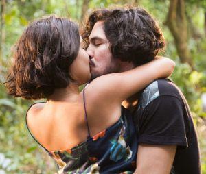 """De """"Velho Chico"""": Olvia (Giullia Buscacio) e Miguel (Gabriel Leone) se casam e têm filhos"""