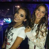Anitta e Bruna Marquezine assistem show do One Direction no palco!