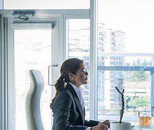 """Em """"The Flash"""",Caitlin (Danielle Panabaker) pede ajuda a mãe para lidar com seus poderes"""