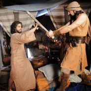 """Novela """"A Terra Prometida"""": Josué (Sidney Sampaio) é atacado por Yussuf!"""