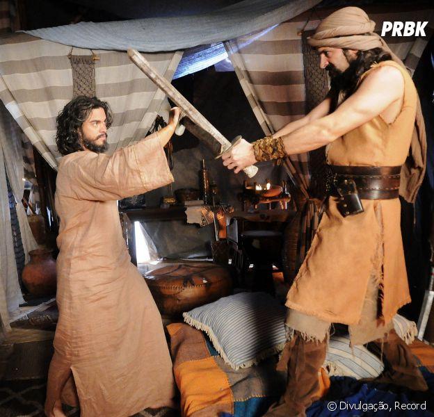 """Em """"A Terra Prometida"""": Josué (Sidney Sampaio) é atacado por Yussuf (Iran Malfitano) por culpa de Acã (Kadu Moliterno)"""