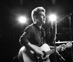"""Niall Horan deu seus primeiros passos fora do One Direction com o single """"This Town"""""""
