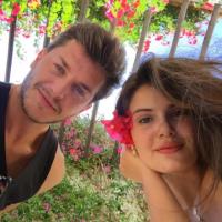 """Klebber Toledo se declara para Camila Queiroz: """"O coração está maravilhoso"""""""
