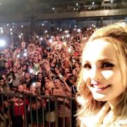 """Larissa Manoela canta Sandy & Junior em show e se declara para fãs: """"Amor demais por todos vocês"""""""