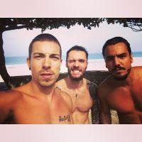 Di Ferrero, Fi Ricardo e Túlio Dek malham na praia e postam selfie no Instagram