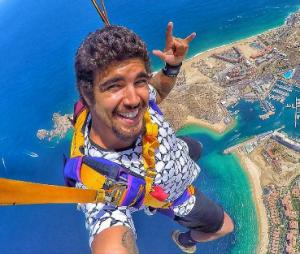 Caio Castro lança vídeos inéditos no Facebook e Youtube e fãs piram