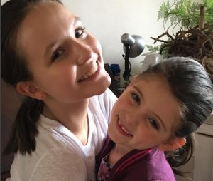 """Larissa Manoela e Lorena Queiroz, de """"Carinha de Anjo"""", interpretam a mesma personagem em """"Meus 15 Anos""""!"""