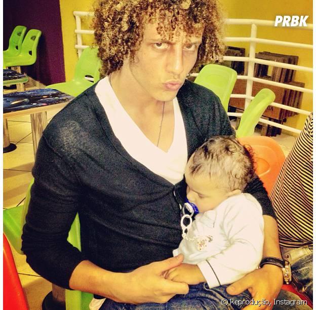 Sobrinho de David Luiz dorme no colo do tio, que gostade encontrar a família quando não está defendo a Seleção