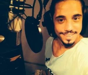 O affair de Lua Blanco, Guga Sabatiê, posta foto no Instagram gravando uma música em estúdio