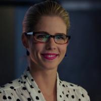 """De """"Arrow"""", Felicity (Emily Bett Rickads) se transforma em super-heroína em """"Legends of Tomorrow""""!"""