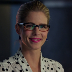 "De ""Arrow"", Felicity (Emily Bett Rickads) se transforma em super-heroína em ""Legends of Tomorrow""!"