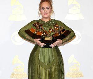 Adele entrega microfone para fã e se emociona!