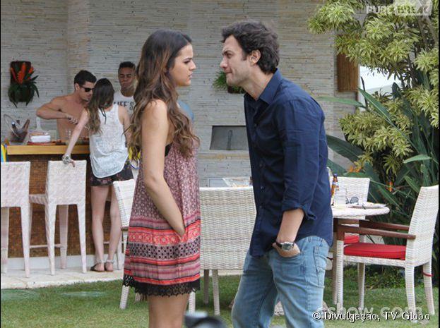 """Na novela """"Em Família"""", Laerte (Gabriel Braga Nunes) briga com André (Bruno Gissoni) por causa de Luiza (Bruna Marquezine)"""