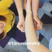 """Selena Gomez faz tatuagem com elenco de """"13 Reasons Why"""" e mostra o resultado na internet!"""