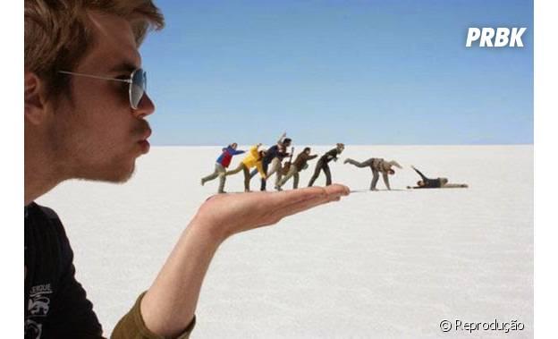 Turista finge assoprar amigos na palma da mão.