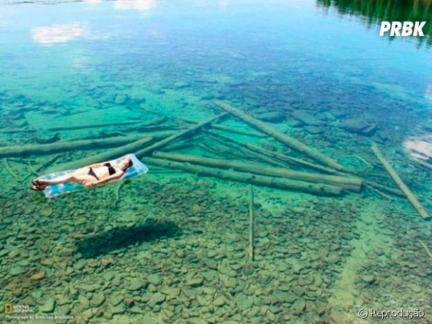 A água é tão clara que dá a impressão de flutuar