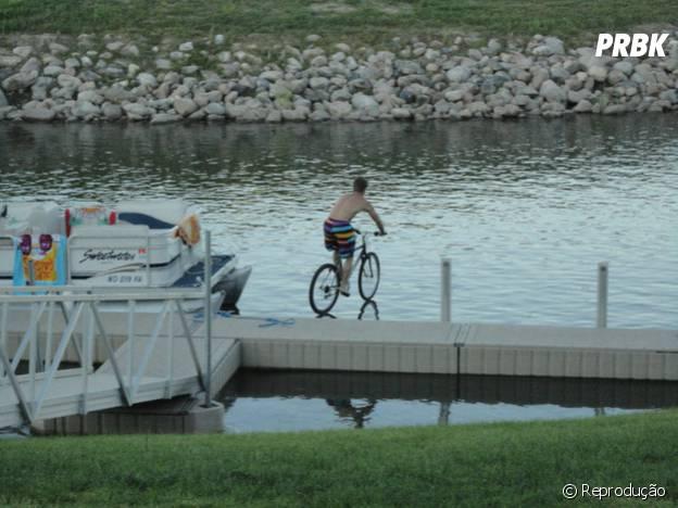 Andando de bicicleta sobre a água