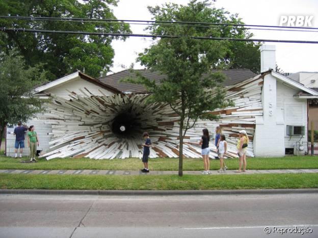 Intervenção artística em casa antes de ser demolida