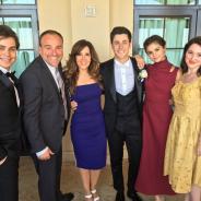 """Selena Gomez e elenco de """"Feiticeiros de Waverly Place"""" se reencontram em casamento e fãs comemoram"""