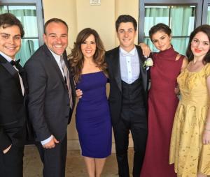 """Selena Gomez e elenco de 'Feiticeiros de Waverly Place"""" posam juntos e enloquecem fãs!"""