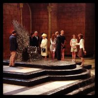 """Nova Rainha em """"Game of Thrones""""? Elizabeth II encontra elenco da série!"""
