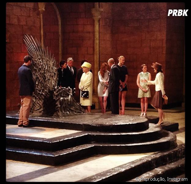 """Rainha Elizabeth encontra com o elenco da série """"Game of Thrones"""" na Irlanda do Norte"""