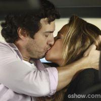 """Te contei? Lívia vê Shirley e Laerte se beijando na reta final de """"Em Família""""!"""